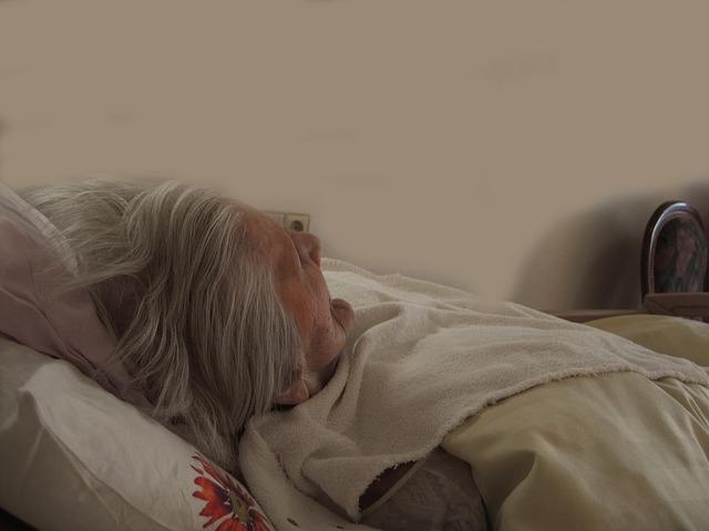 seniorka v posteli