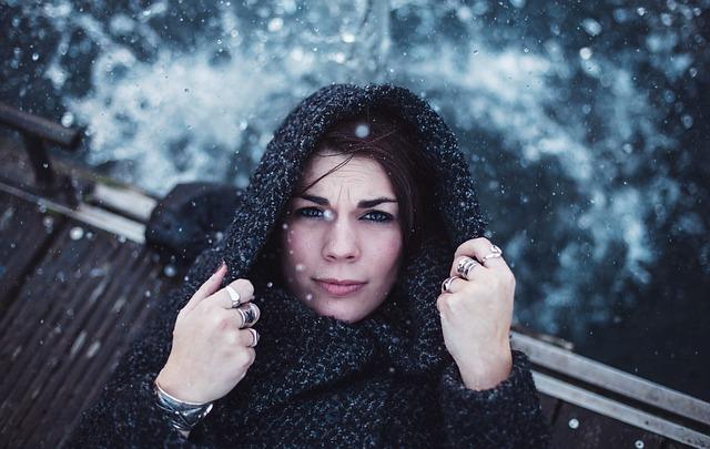 žena v kabátě