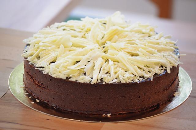 čokoládový dort s bílou čokoládou na povrchu