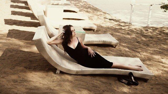černé šaty se hodí i na pláž