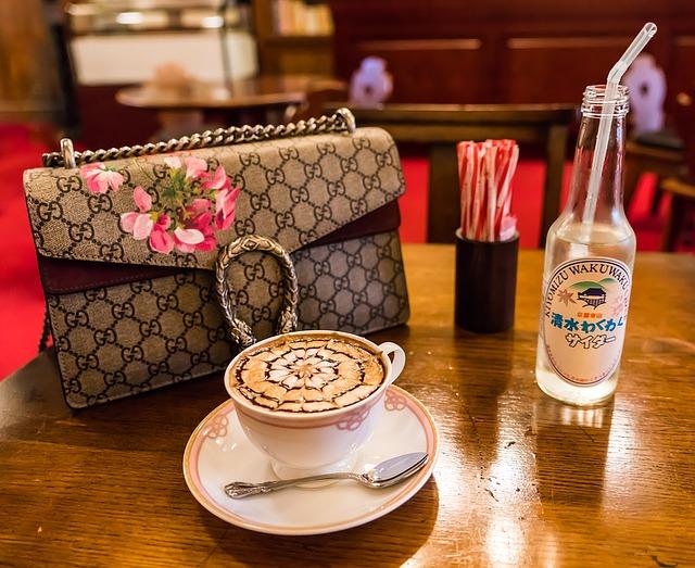 kabelka na stole při kávě