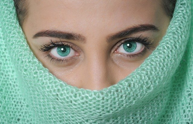 zelený šátek na obličeji