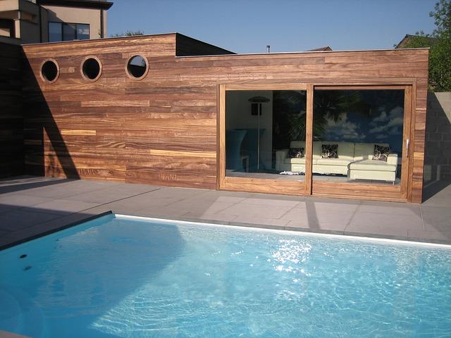 dřevěná stavba u bazénu
