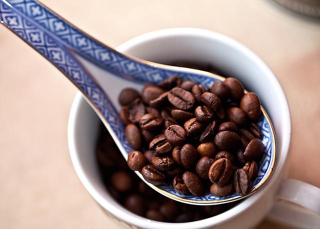nabrabá kávová zrna