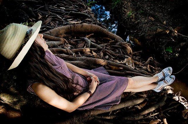 dívka v přírodě