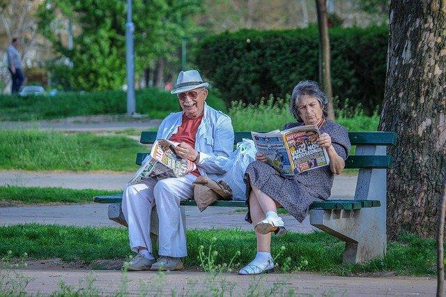 důchodci na lavičce