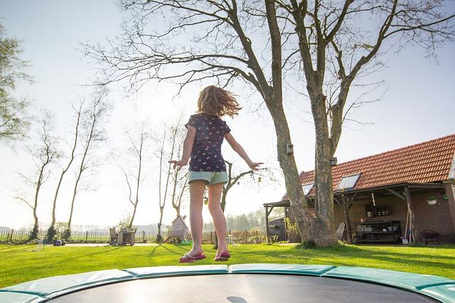 děvčátko na trampolíně.jpg