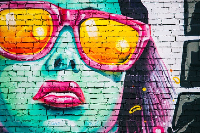 žena na zdi