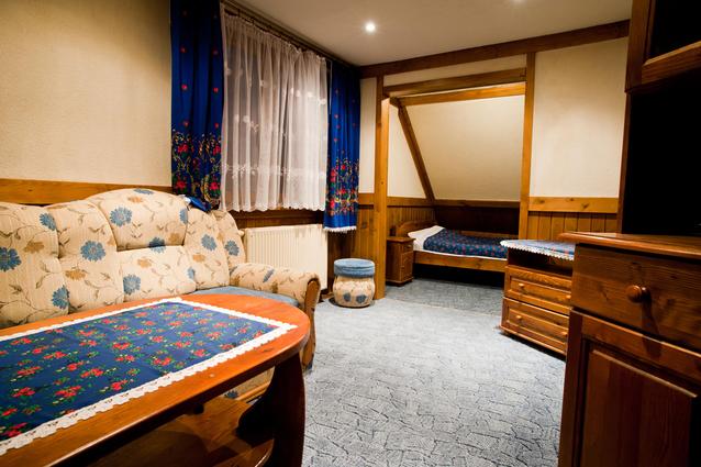 místnost vybavená nábytkem z masivu
