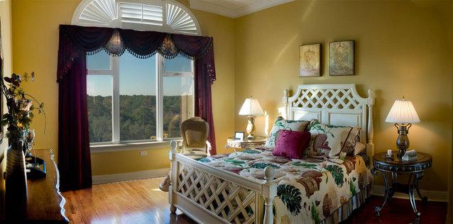 postel z masivu v ložnici