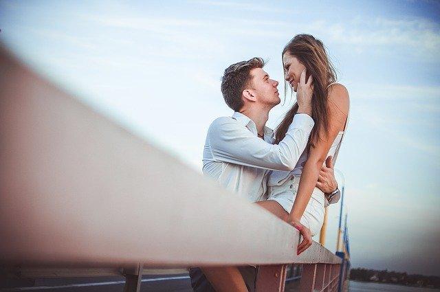muž a žena si hledí do očí